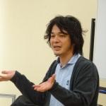 宮澤先生(上半身・手ぶり)